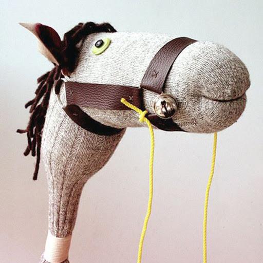 Лошадка для ребенка из носка своими руками