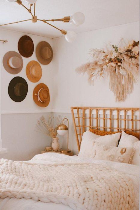 Букет сухоцветов в спальне