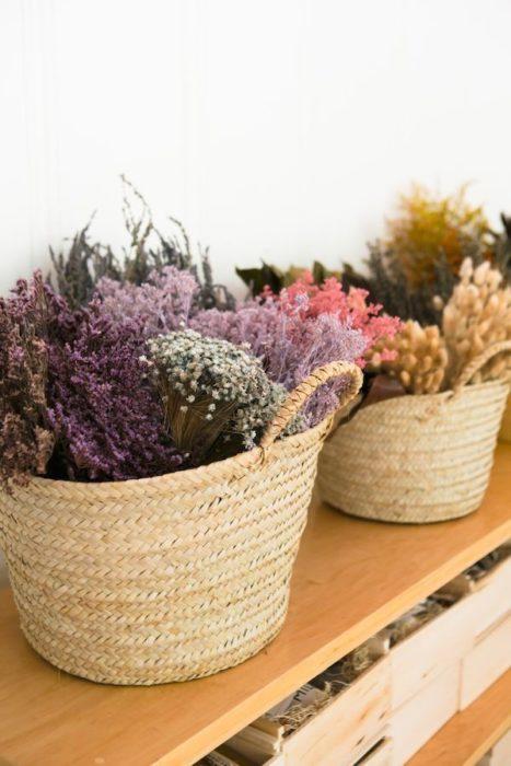 Сухоцветы в корзине