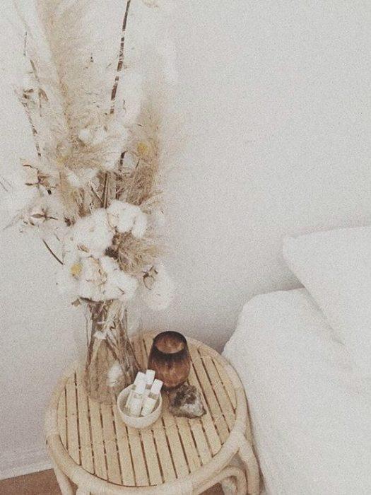Сухоцветы на прикроватной тумбочке