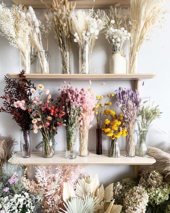 Композиция из сухих цветов на полках