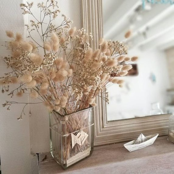 Букет сухоцветов у зеркала