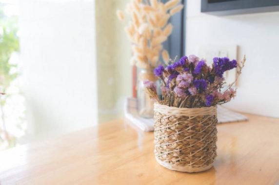 Сухоцветы в корзине в интерьере