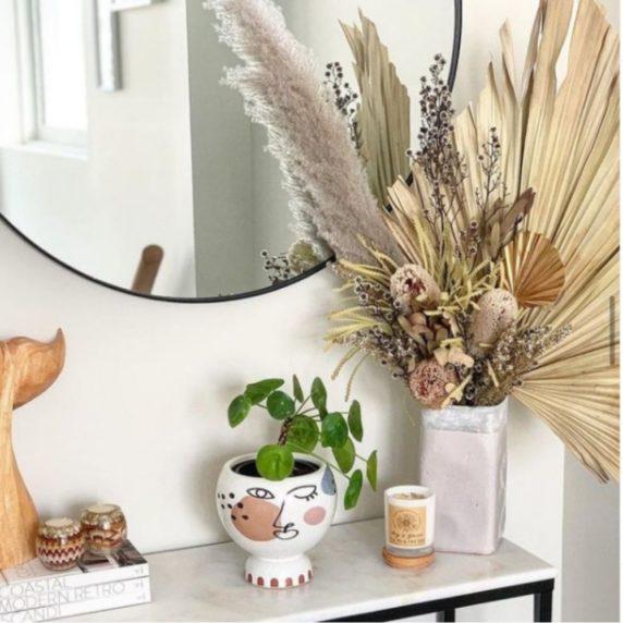 Букет сухоцветов у зеркала в зале