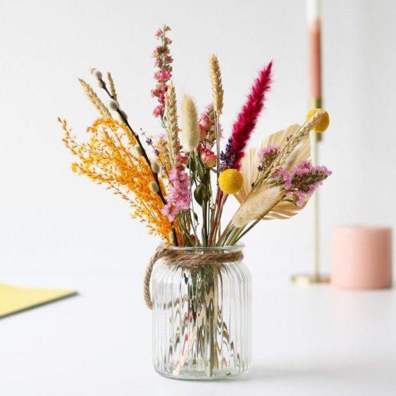 Разноцветные сухоцветы в интерьере