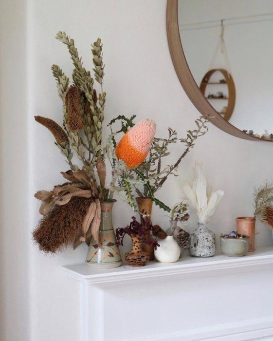 Букет сухоцветов у зеркала на полке