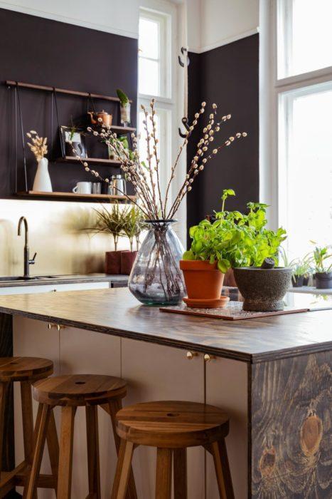 Букет сухоцветов на кухонном столе