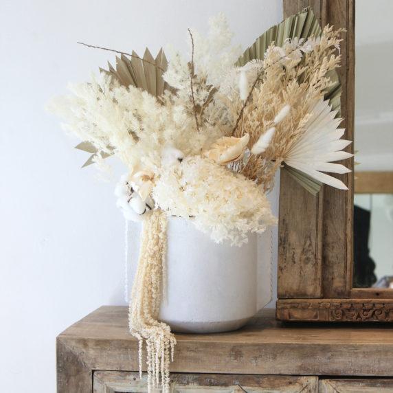 Букет сухоцветов у зеркала в квартире