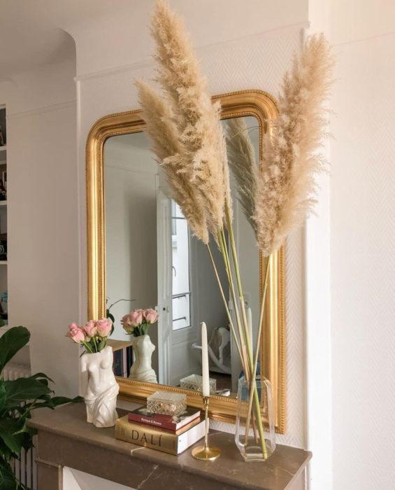 Букет сухоцветов у зеркала в доме