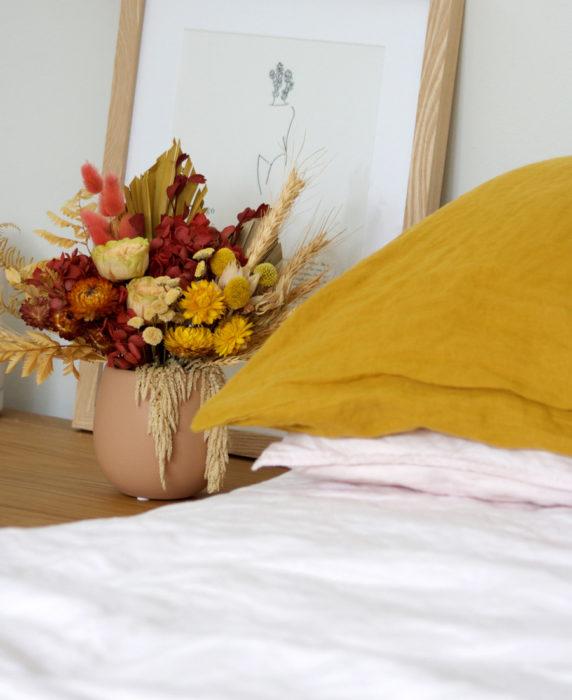 Засушенные цветы на прикроватной тумбочке