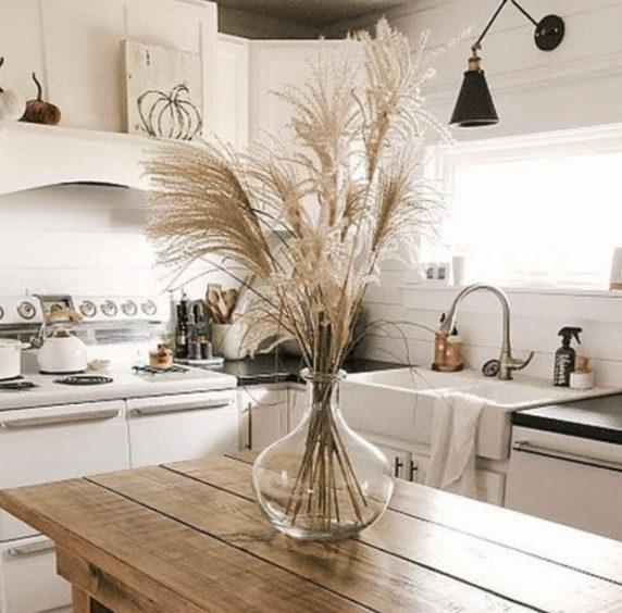 Букет сухоцветов на кухне в квартире