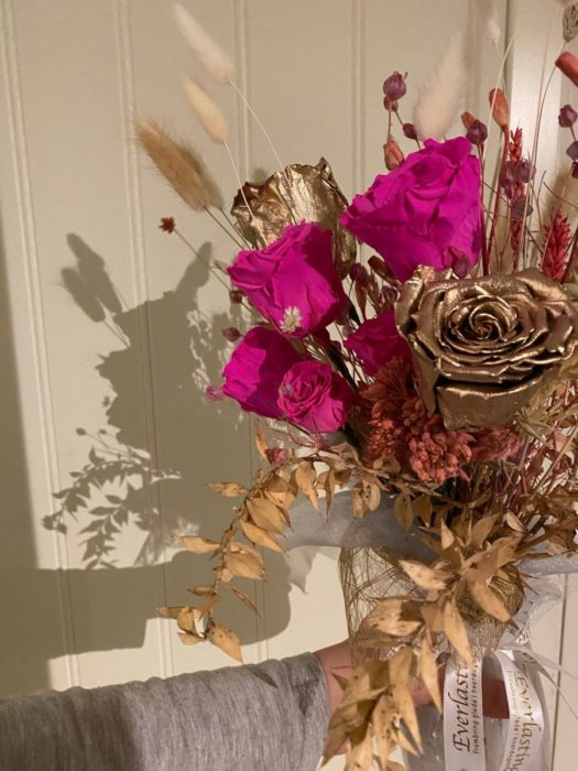 Букет из роз-сухоцветов в интерьере