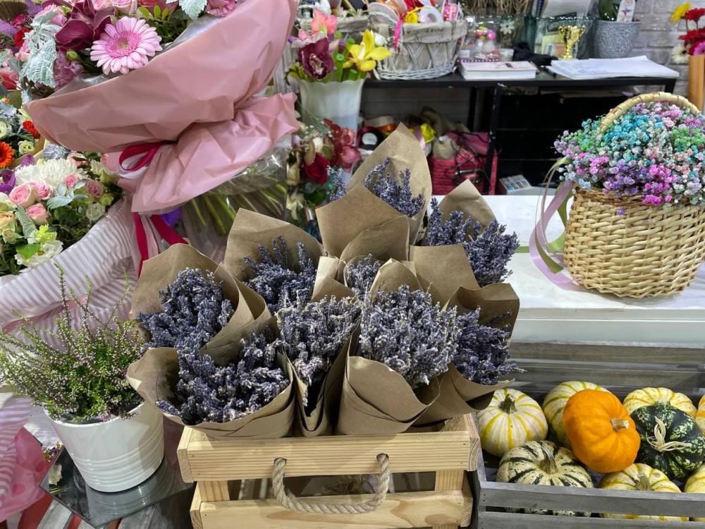 Букеты лаванды на цветочном рынке на Рижской