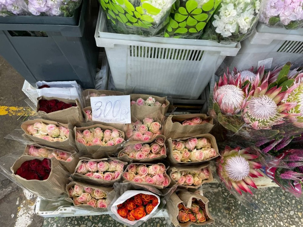 Упаковка роз на Рижском рынке в Москве